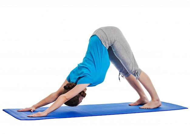 Yoga - joven bella mujer haciendo yoga asana excerise aislado