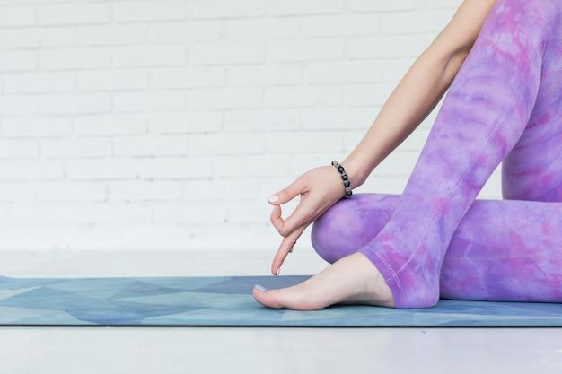 Yoga manos y pies, practicando yoga