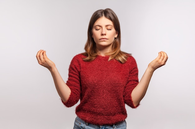 Yoga. mujer manteniendo las manos en alto en gesto mudra, meditando, ejercicio de yoga, respiración