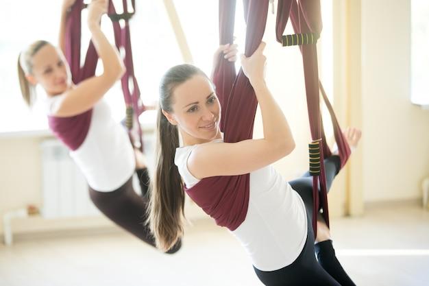 Yoga plantea en la hamaca