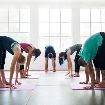 Yoga práctica ejercicio clase concepto