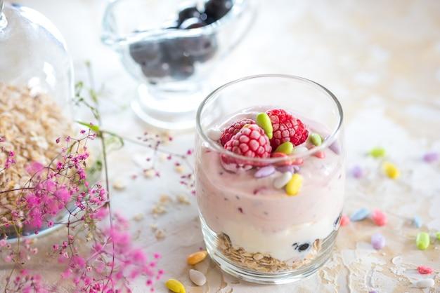 Yogur casero con granola, frutas secas y frutos secos con la mayoría de las semillas saludables.