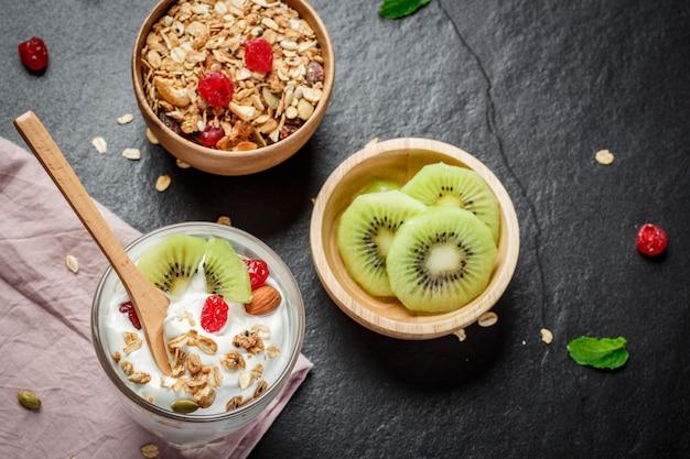 Yogur casero con granola, kiwi, frutos secos y nueces bio - semilla más saludable.