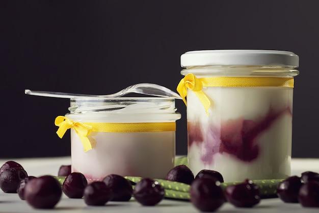 Yogur griego cubierto con bayas de goji y virutas de coco.