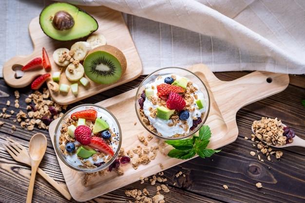 El yogur griego con fruta fresca para un menú saludable