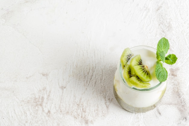 Yogur griego con kiwi
