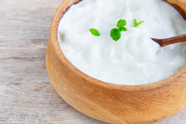 Yogur natural saludable en una mesa de madera