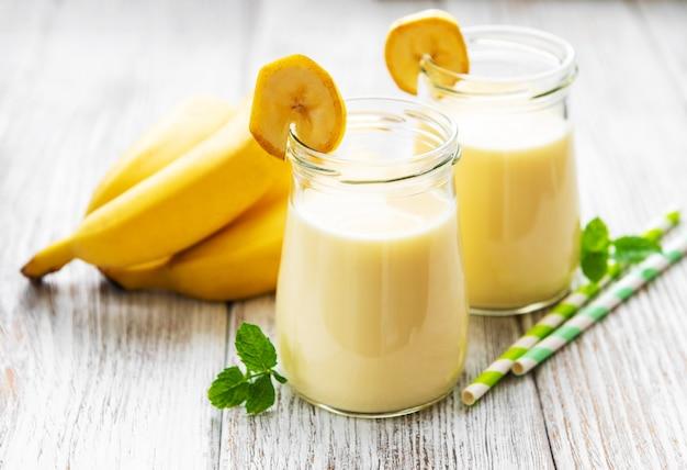 Yogur de plátano y plátanos frescos
