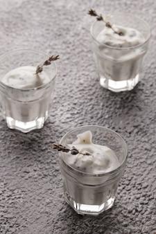 Yogur en un vaso. yogur de lavanda con semillas de chía