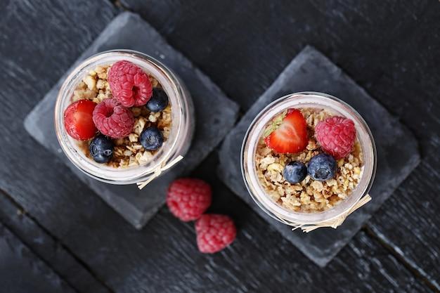 Yogurt con avena y bayas en vasos