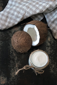 Yogurt de coco y coco. yogurt vegano. dieta keto.