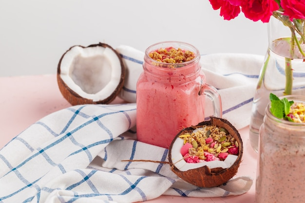 Yogurt de coco cubierto con granola estilo paleo sin granos hecha con nueces mixtas