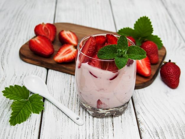 Yogurt con fresas frescas
