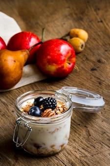 Yogurt con frutos del bosque negro y nueces