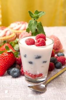 Yogurt con frutos rojos y cupcake.