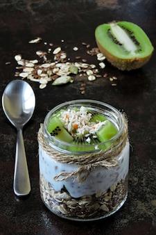 Yogurt con granola y kiwi.