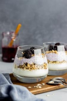 Yogurt con granola, semillas de chia y moras