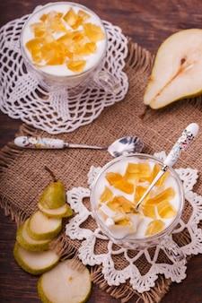 Yogurt con peras, hecho en casa.