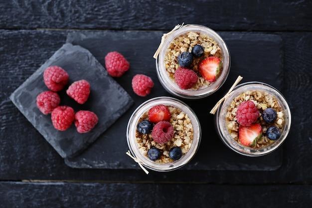 Yogurt con semillas de chia y bayas en vasos