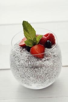 Yogurt con semillas de chia y bayas en vidrio