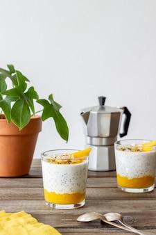 Yogurt en un vaso con mango, chia y almendras. alimentación saludable. comida vegetariana. receta. desayuno. dieta.