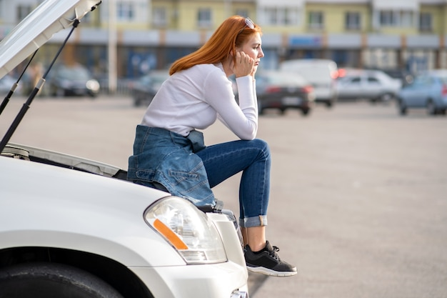 Young destacó a la mujer conductora cerca de un auto roto con el capó abierto esperando asistencia.