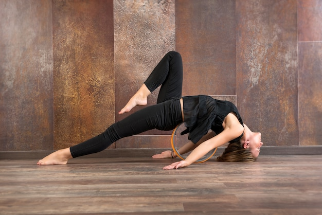 Young fit mujer haciendo pose de yoga matsyasana