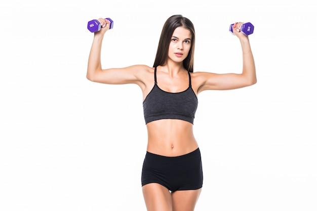 Young fit mujer levantando pesas aisladas en blanco