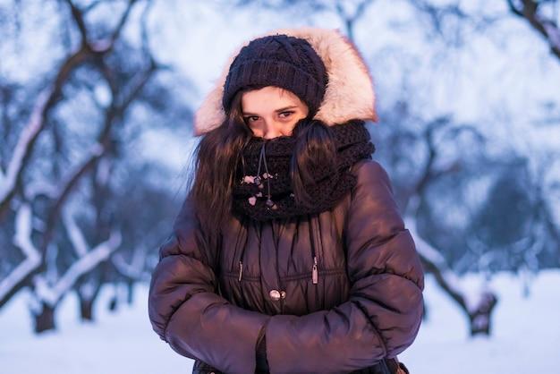 Youngemalerost girleeling frío al aire libre en una temporada de invierno