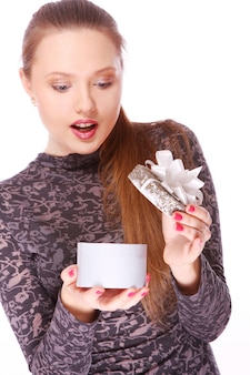 Youngl mujer con una pequeña caja de regalo en manos