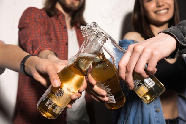 Youngs amigos bebiendo cerveza