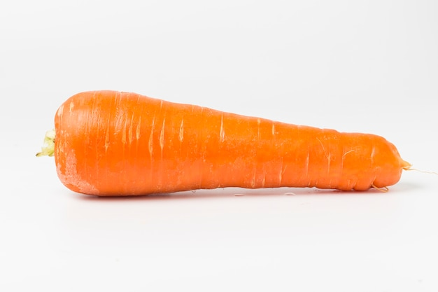 Zanahoria fresca en fondo blanco
