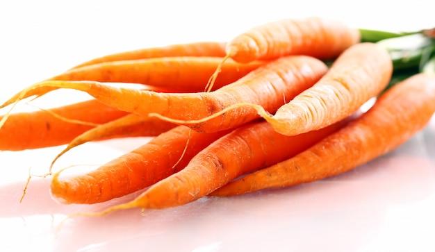 Zanahoria fresca sobre la mesa