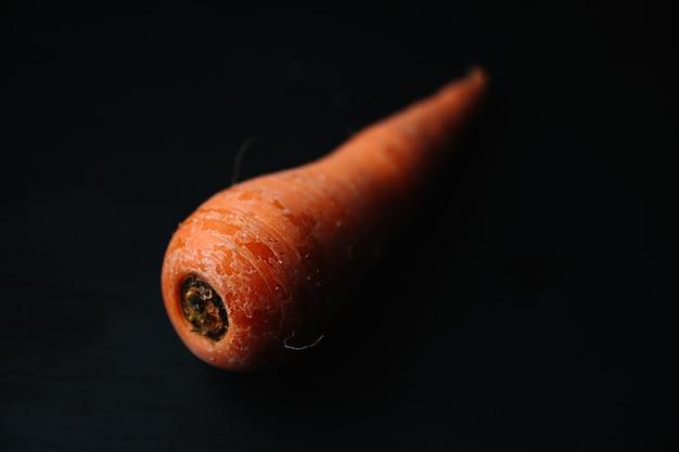 Zanahoria orgánica fresca sobre superficie negra
