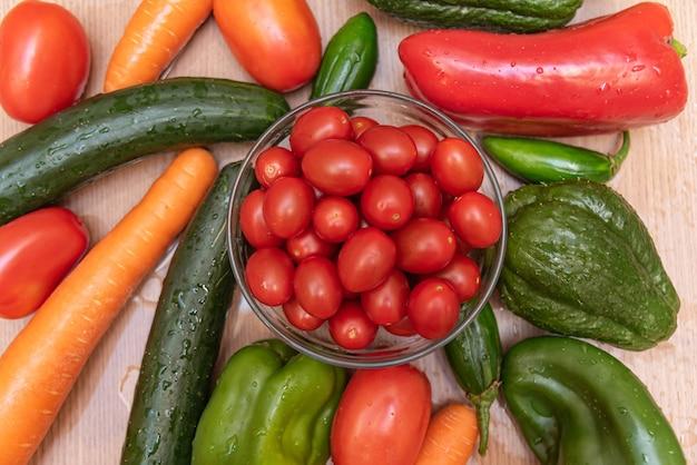 Zanahoria, pepino, chayote, tomate y pimientos en la mesa