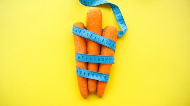 Zanahorias con cinta métrica. concepto de dieta