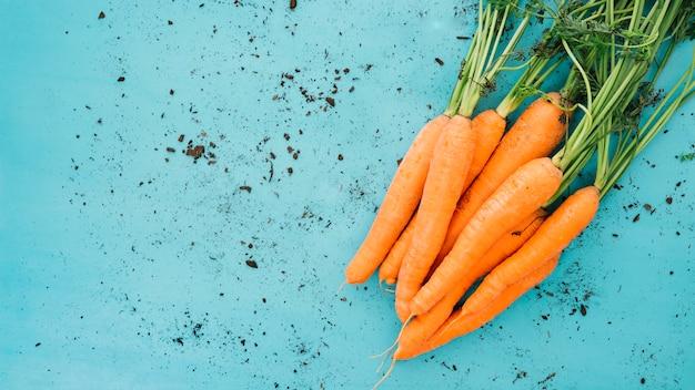 Zanahorias en fondo sucio