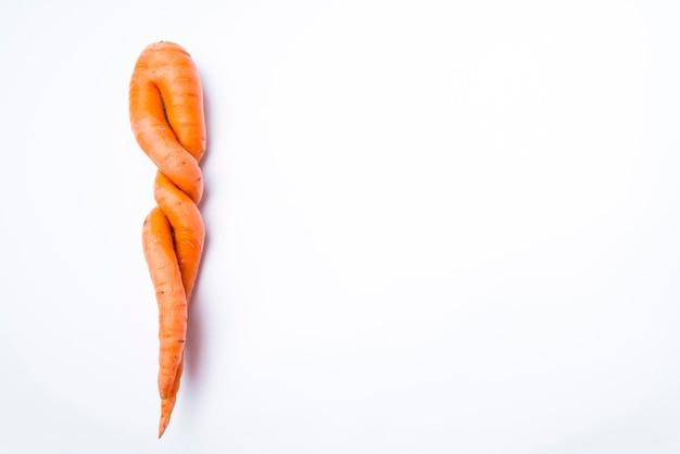 Zanahorias de forma inusual sobre un fondo blanco.