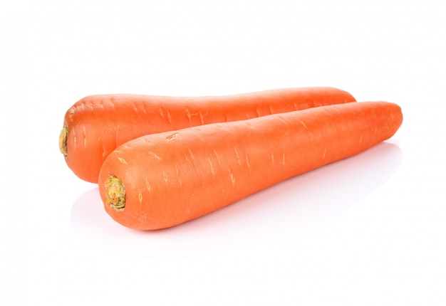 Zanahorias frescas aisladas sobre fondo blanco