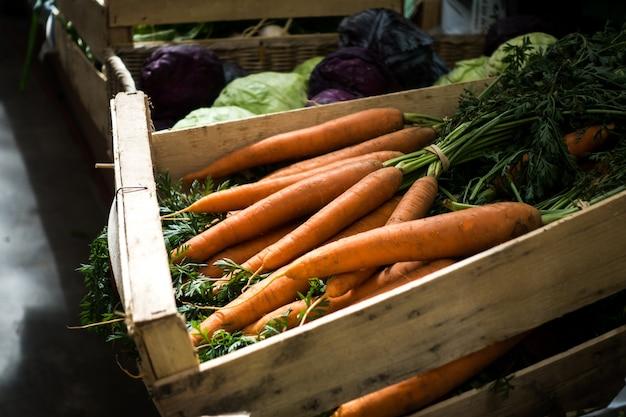 Zanahorias frescas en el mercado de agricultores