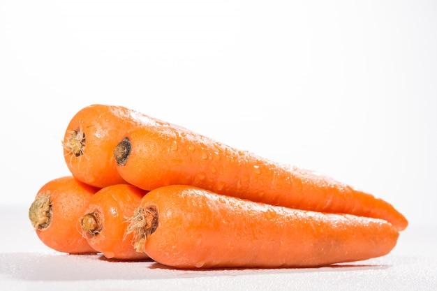 Zanahorias frescas sobre fondo blanco