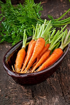 Zanahorias frescas en superficie de madera vieja