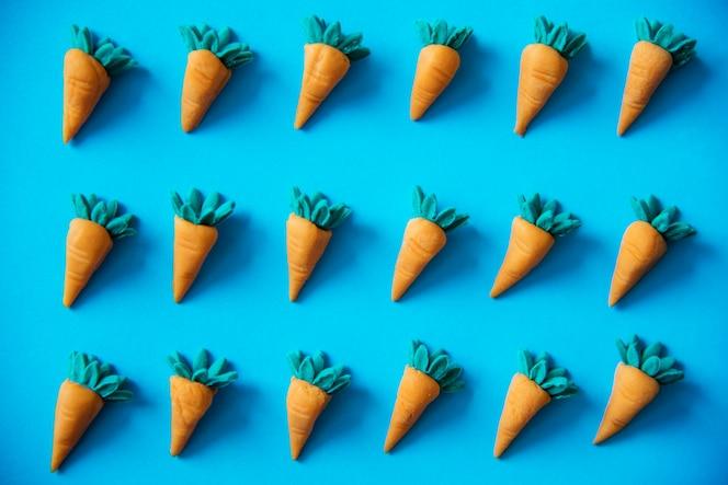 Zanahorias lindas como un patrón de colores