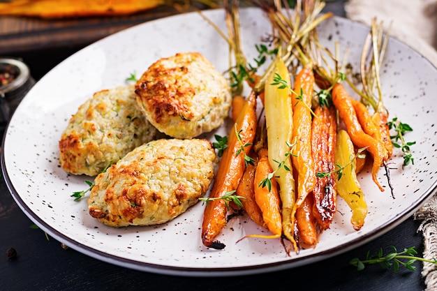 Zanahorias orgánicas al horno con tomillo y chuleta de pollo con calabacín