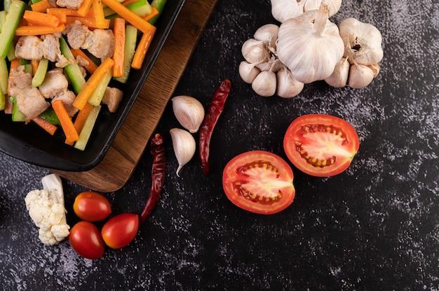 Zanahorias salteadas y pepino con panceta.