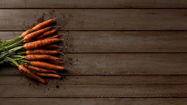 Zanahorias de vista superior con espacio de copia