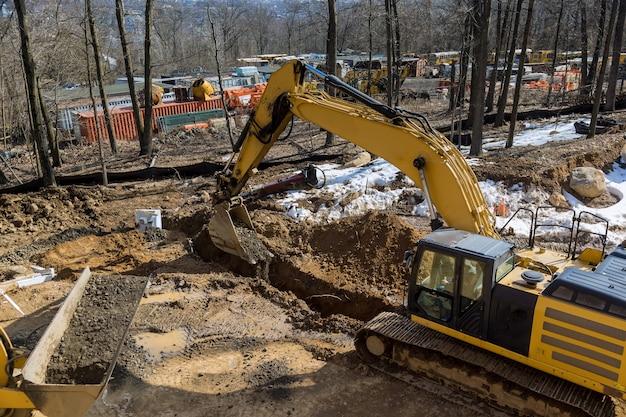 Zanja de excavación para el sistema de drenaje con zanja en construcción de carreteras