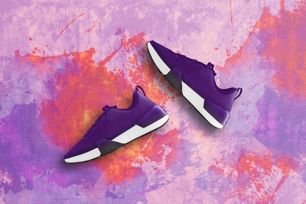 Zapatilla púrpura sobre piso de concreto viejo.