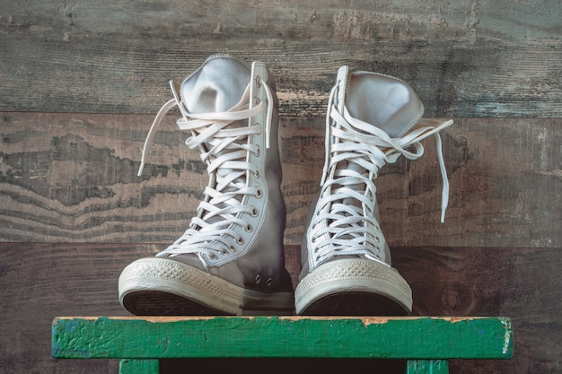 Zapatillas altas con cordones blancos