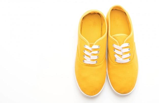 Zapatillas amarillas sobre fondo blanco